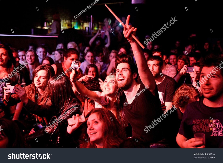 Barcelona Bikini Stock Mar Now 18 Crowd Concert Photoedit 0OPk8wXn