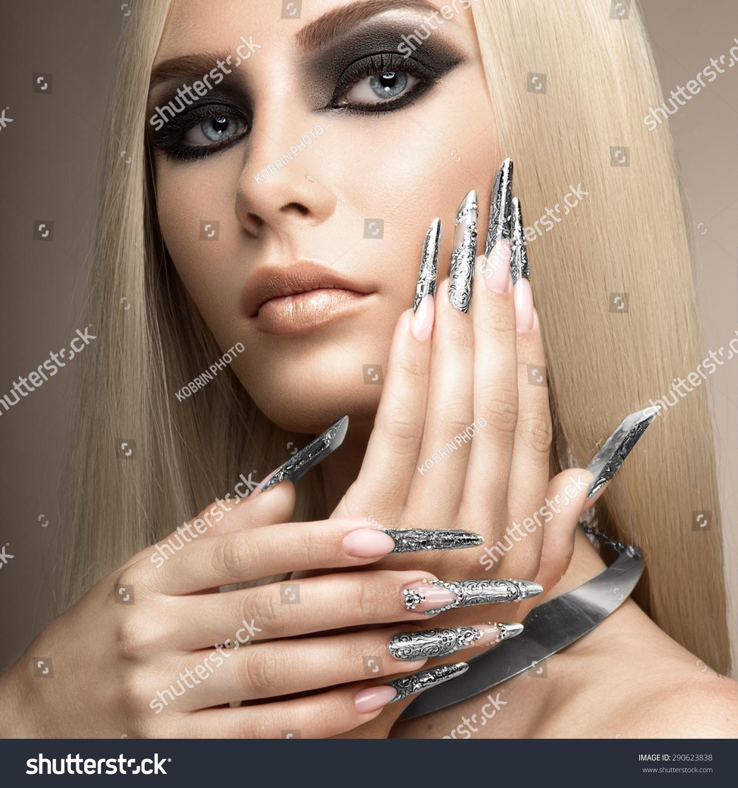 Темнокожая легкоатлетка с длинными ногтями 1 фотография