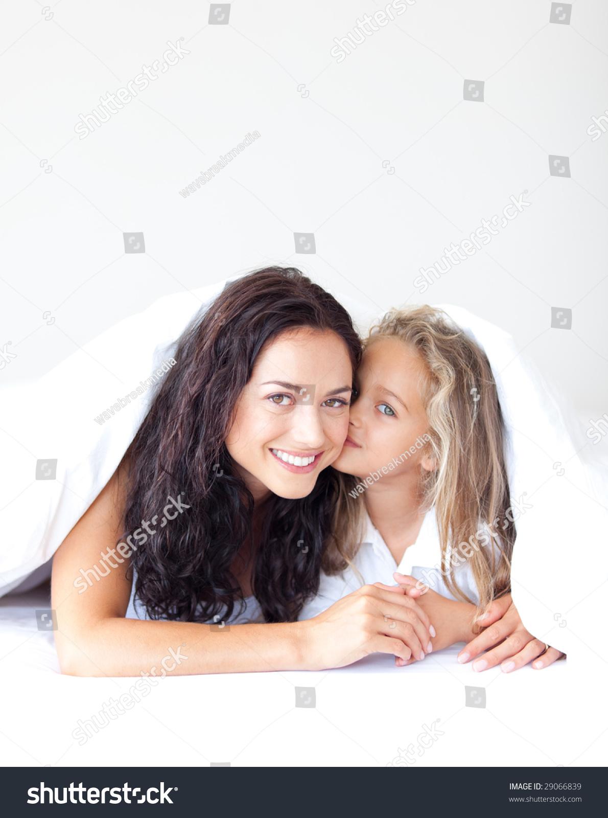 Смотреть как целуются дочка с мамой 11 фотография
