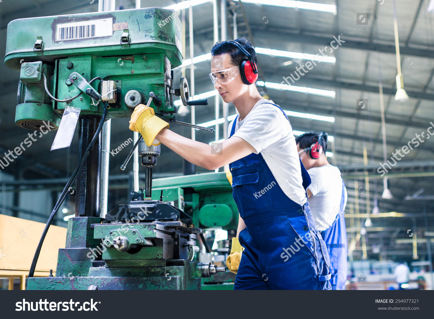 Asian Worker Production Plant Drilling Machine Photo – Production Worker