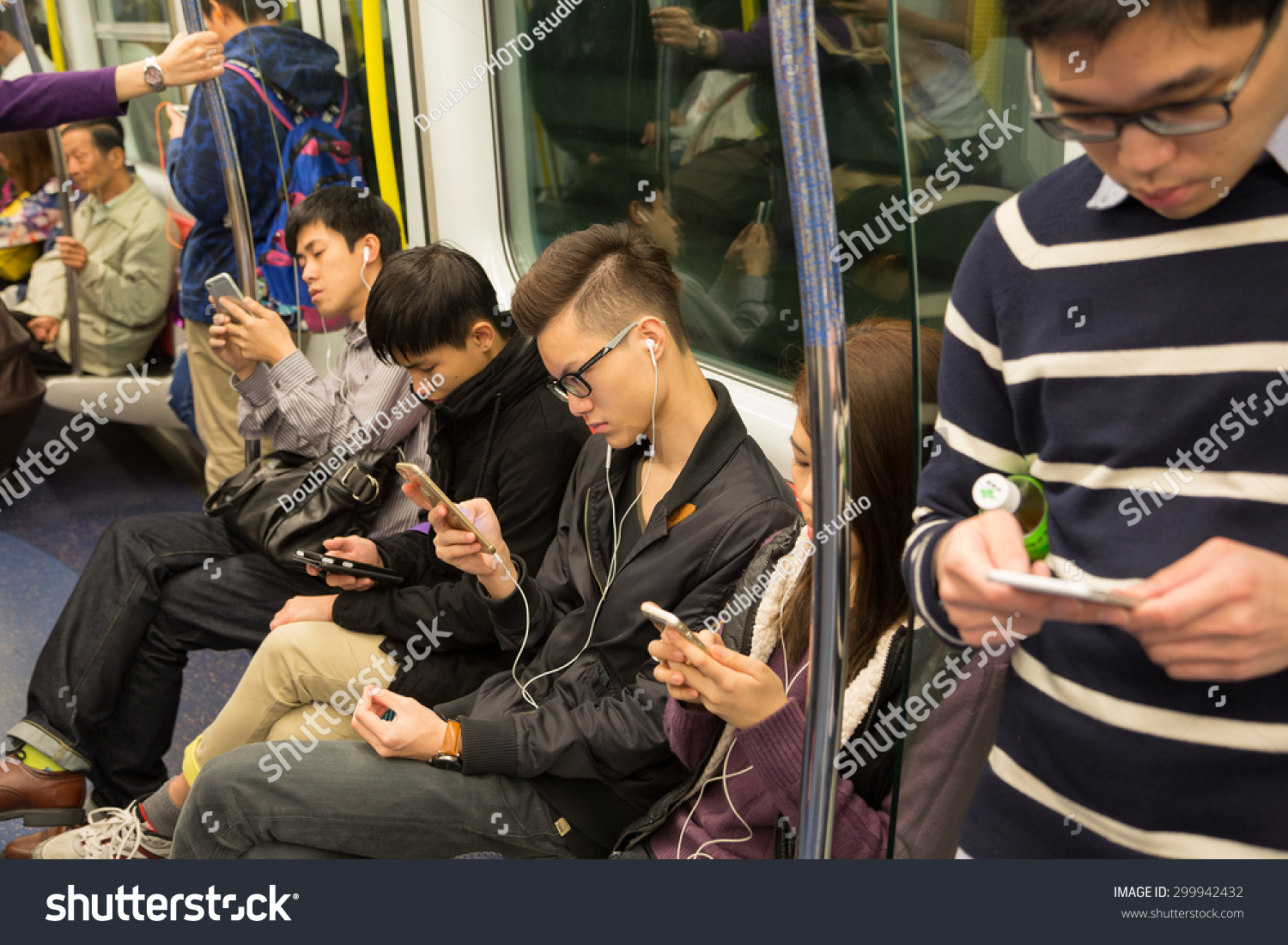 Hong kong circa february 2015 people traveling in the for Smartphone da hong kong