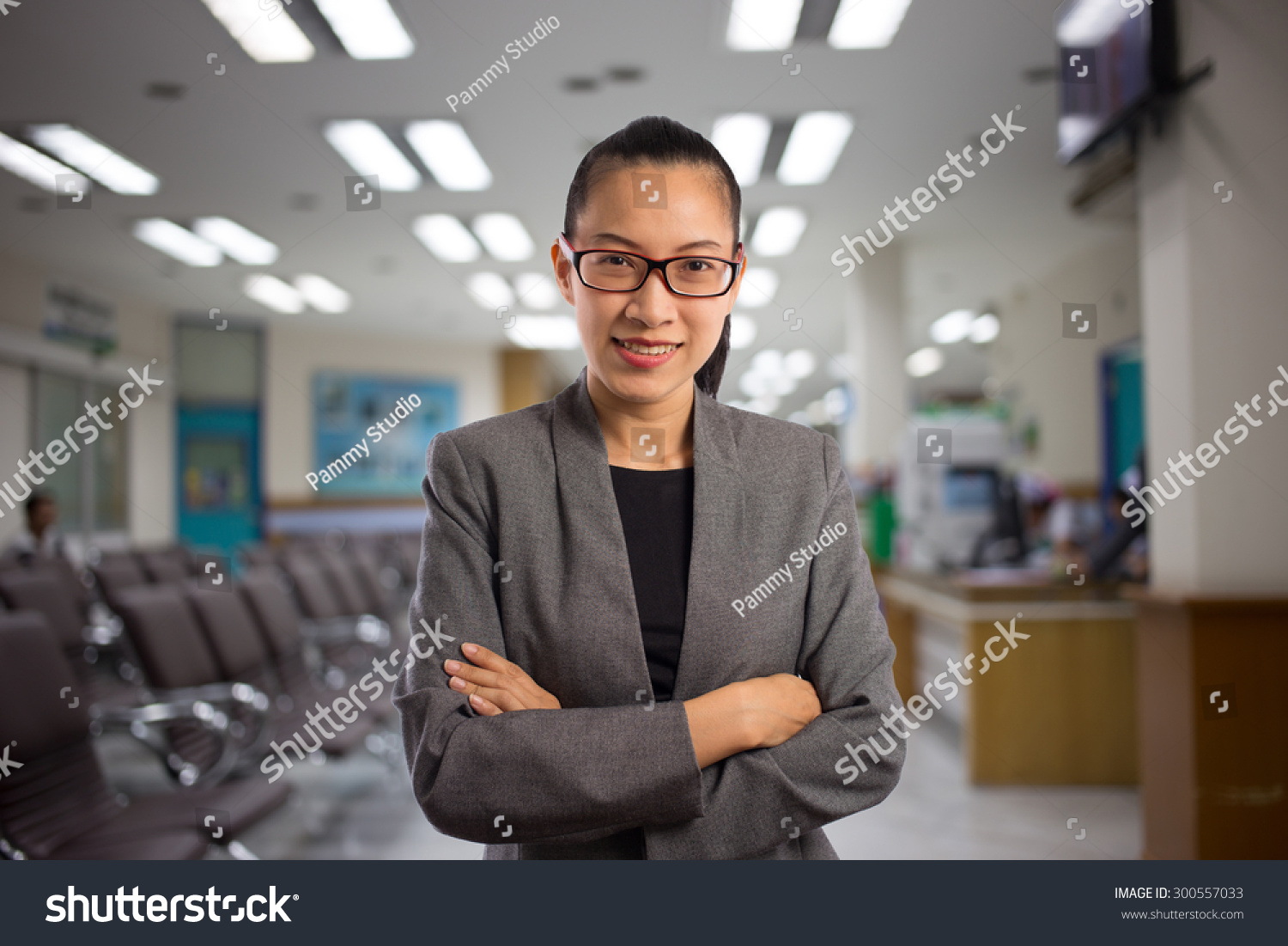 Woman hospital waiting room stockfoto 300557033 shutterstock - Voorbeeld volwassene kamer ...