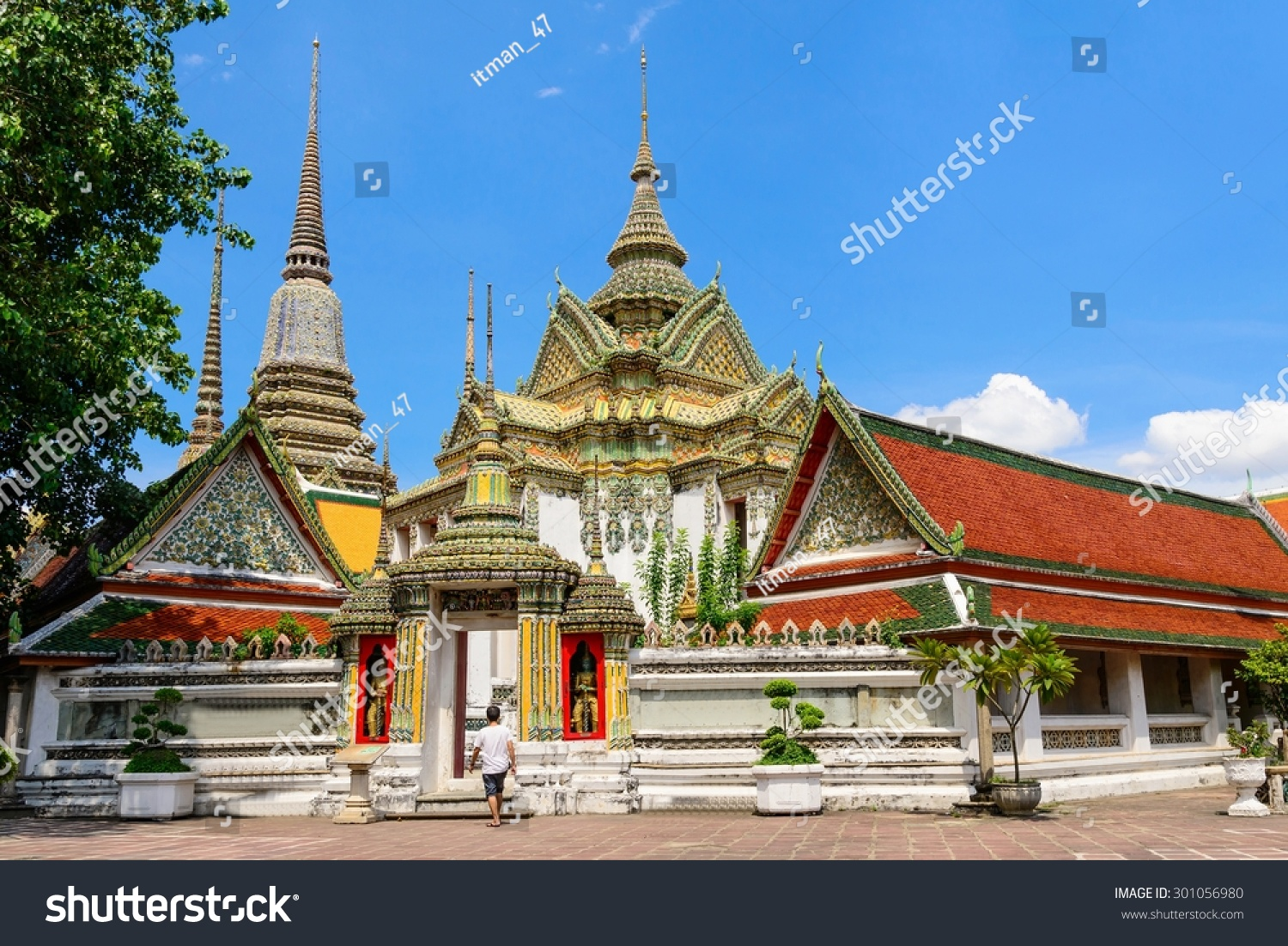 Thai architecture in wat pho public temple in bangkok for Wat architecture