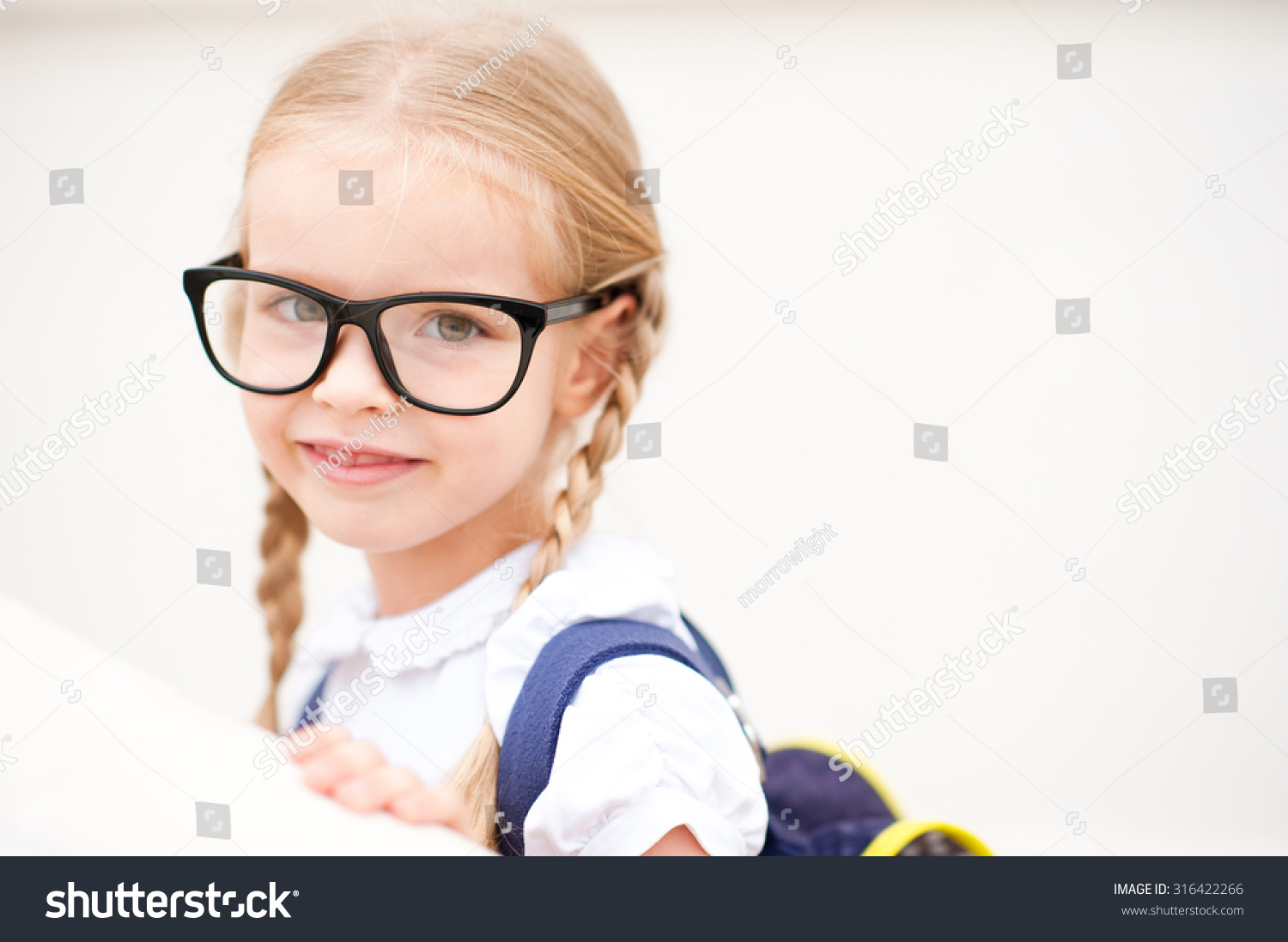 School bag for year 7 - Smiling Kid Girl 6 7 Year Old Wearing Glasses And School Bag Outdoors Blonde