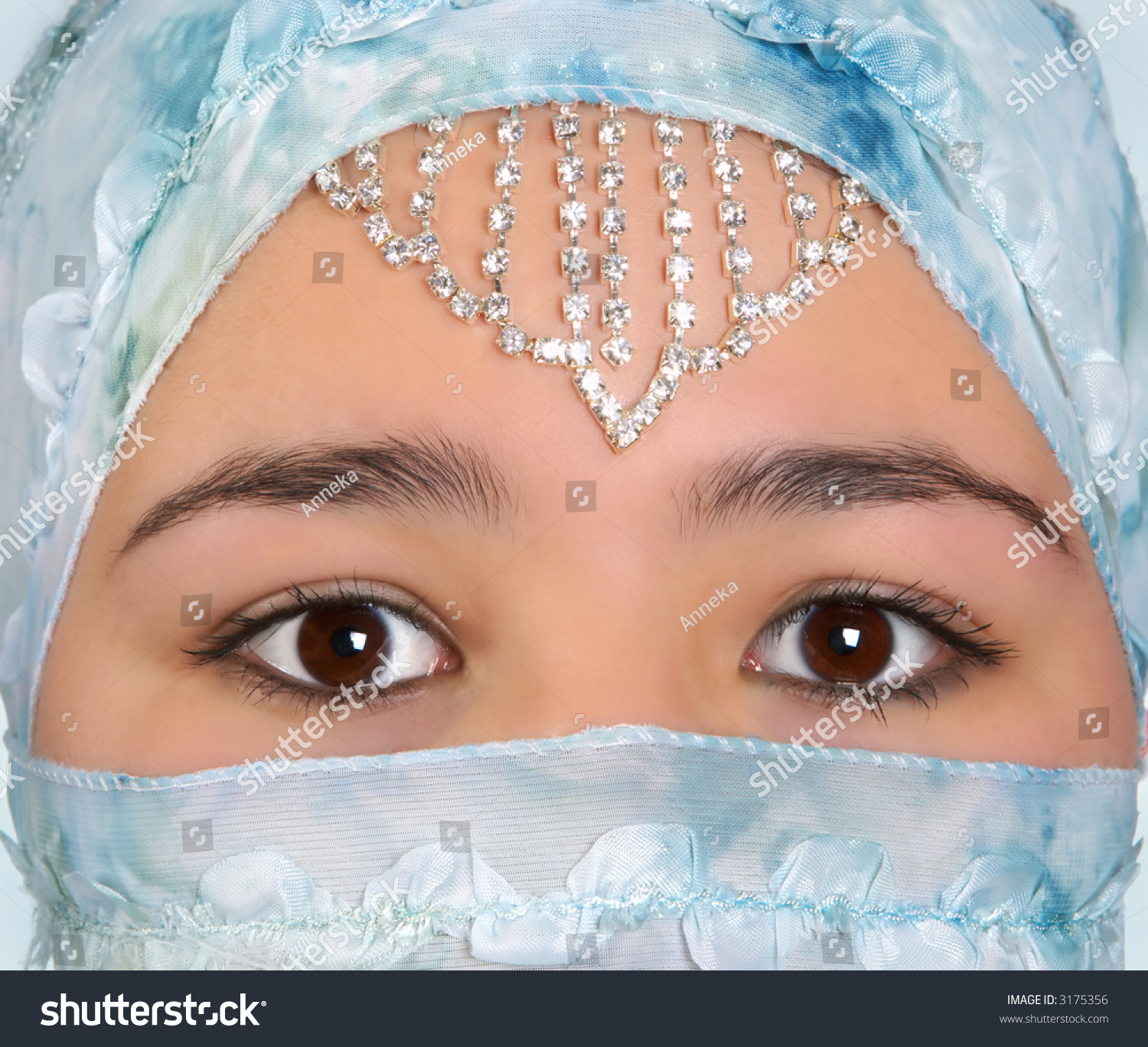 the mysterious blogger and the veiled id The minister's black veil no description by cameron schuette on 28 april 2011 tweet comments  hawthorne uses rhetorical questions because of the mysterious black veil, tension arises.