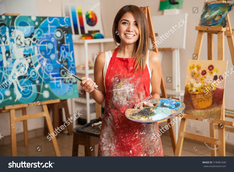 portrait gorgeous female artist working on の写真素材 今すぐ編集