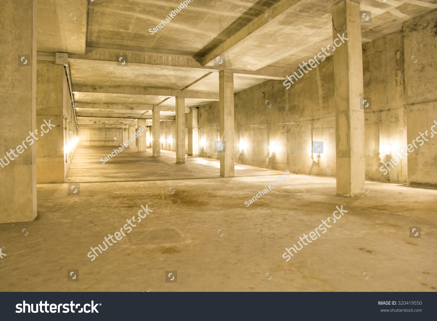 Empty industrial garage room interior with concrete floor and wall ...
