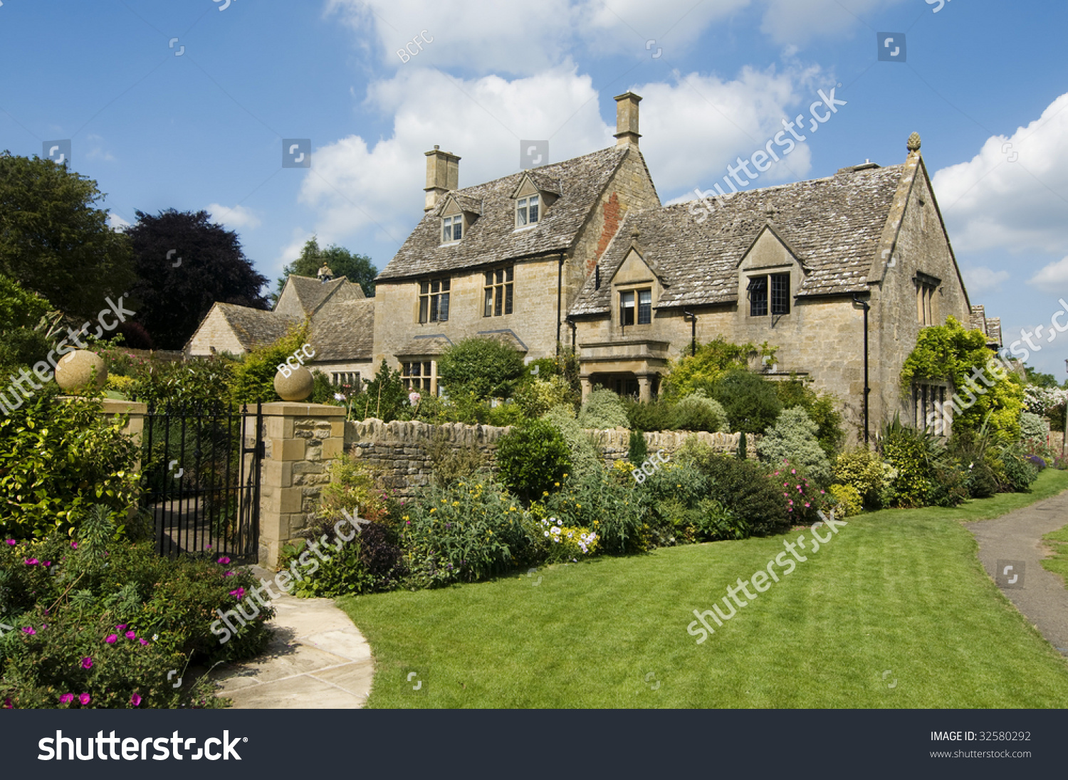 Beautiful rural cotsworld stone homes countryside stock for Rural home builders