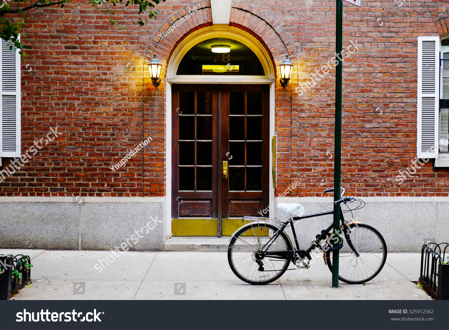 beautiful building entrance door and bicycle manhattan new york classic apartment building in. Black Bedroom Furniture Sets. Home Design Ideas