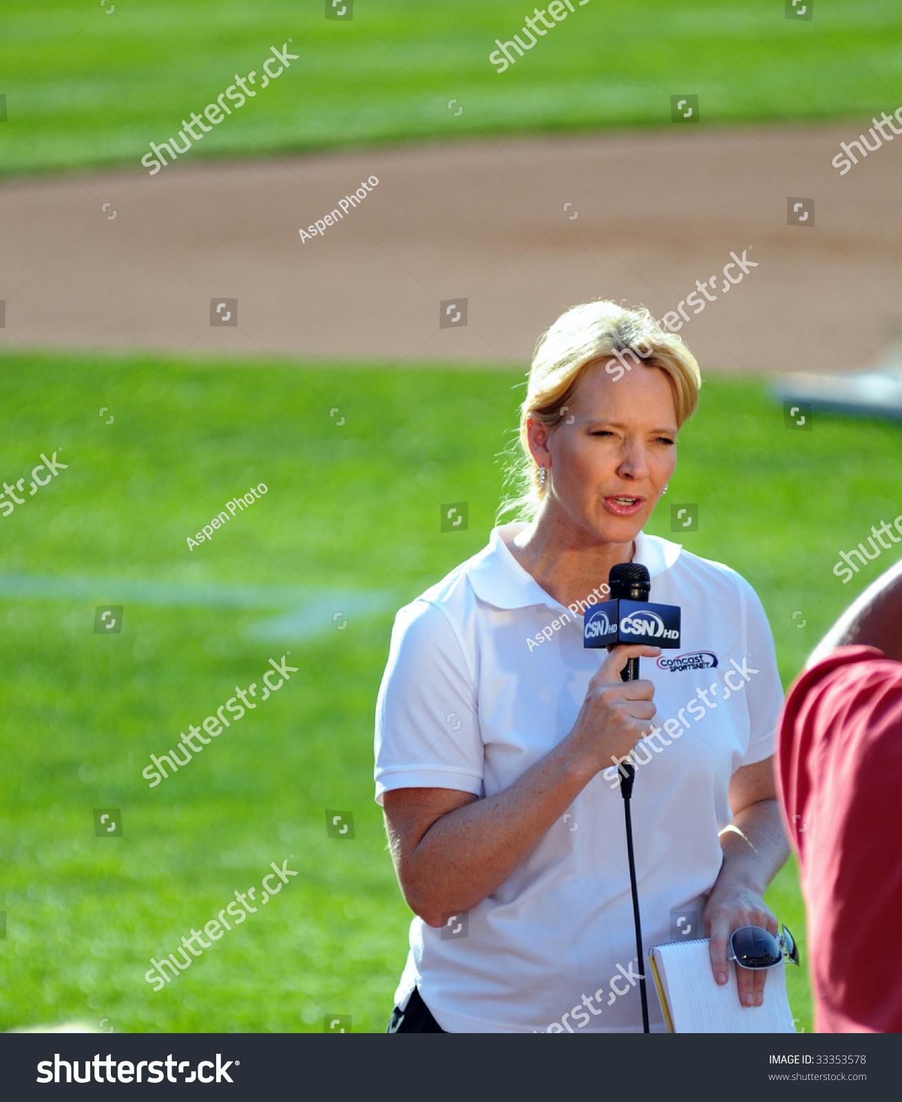 philadelphia comcast sportsnet announcer stock photo philadelphia 7 comcast sportsnet announcer leslie gudel on air prior to a
