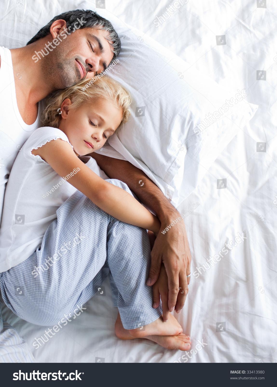 С парнем дочери на кровати 15 фотография