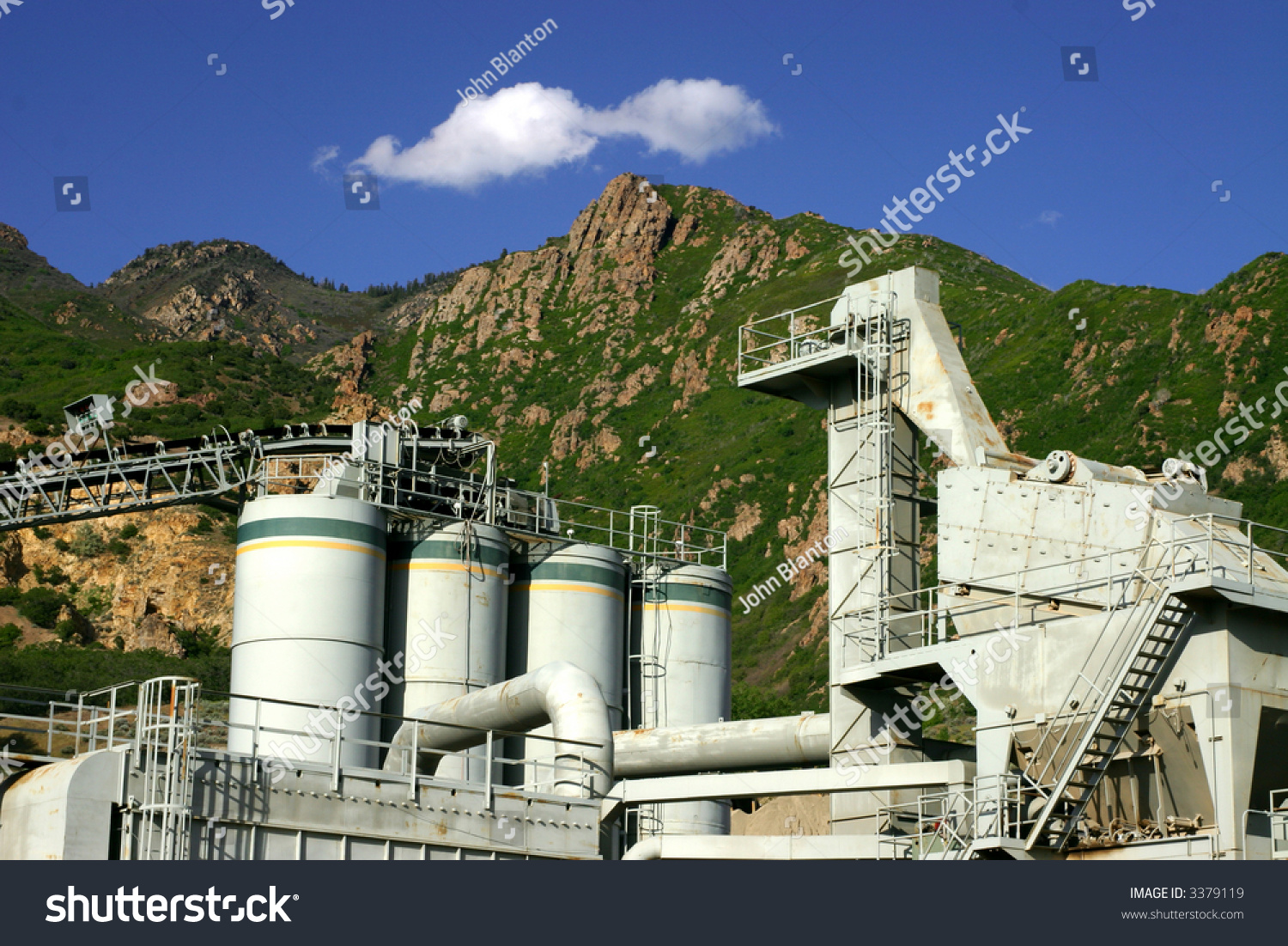 Utah Cement Plants : Cylindrical tanks and concrete plant in utah stock photo