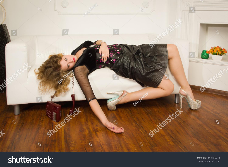 Фото модели бабы лежа на диване 21 фотография