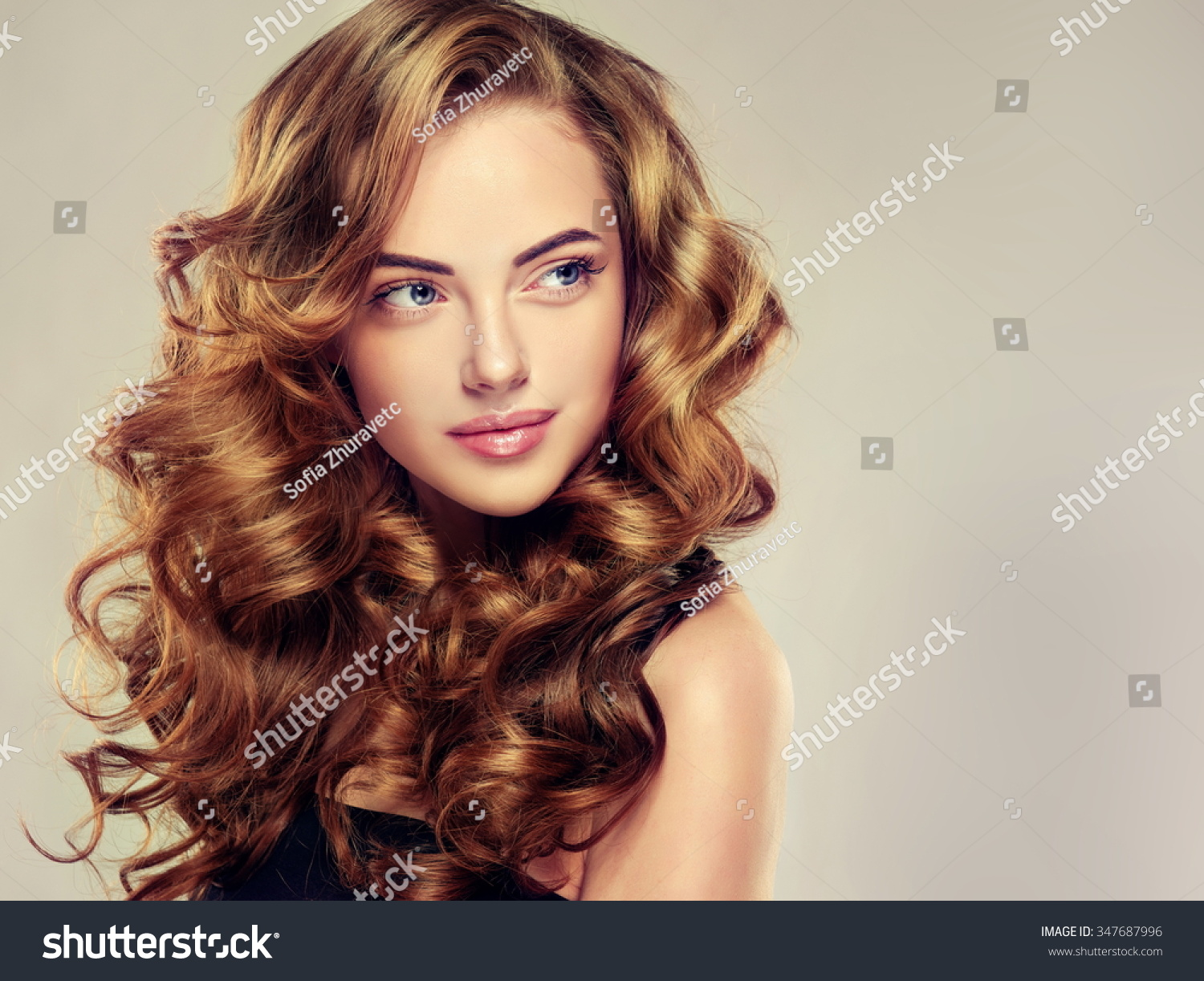 Foto Stock De Beautiful Girl Long Wavy Hair Brunette Editar Agora