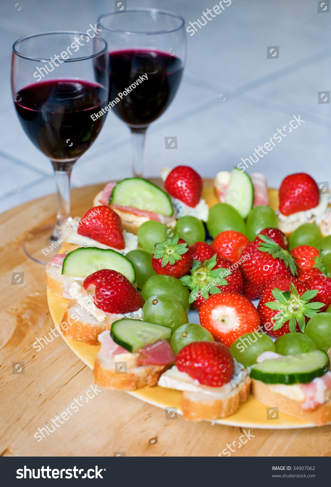 Romantic dinner for two red wine delicious canapes and for Canape wines