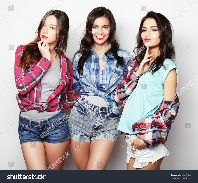 Three best friends posing in studio wearing summer style for Ladeblok wit 3 lades