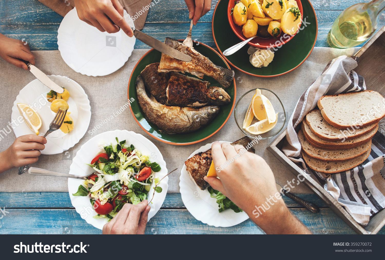 家庭聚餐和炸鱼 土豆和沙拉