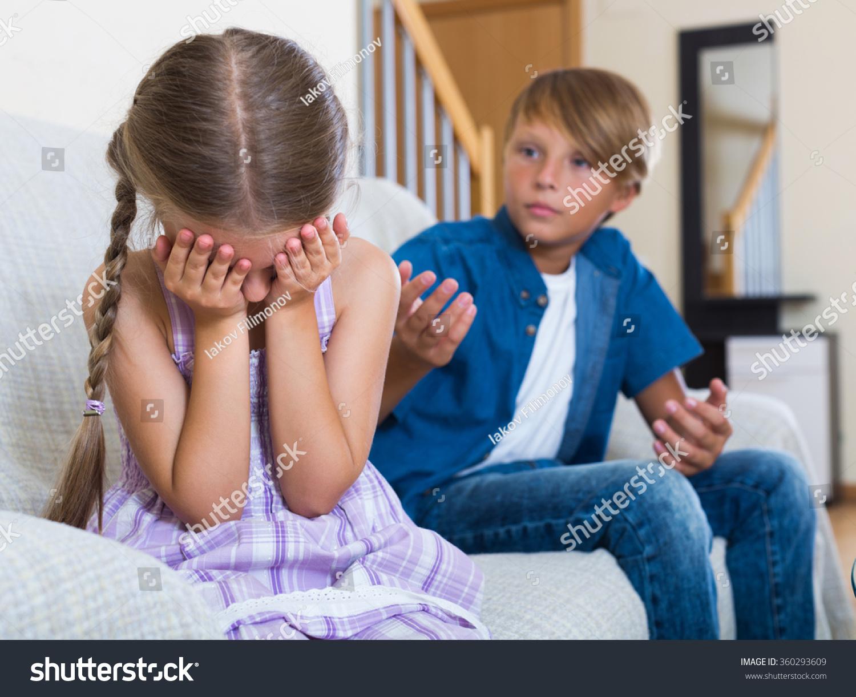 Ritratto grande fratello che piange la sorellina foto di riserva-3985