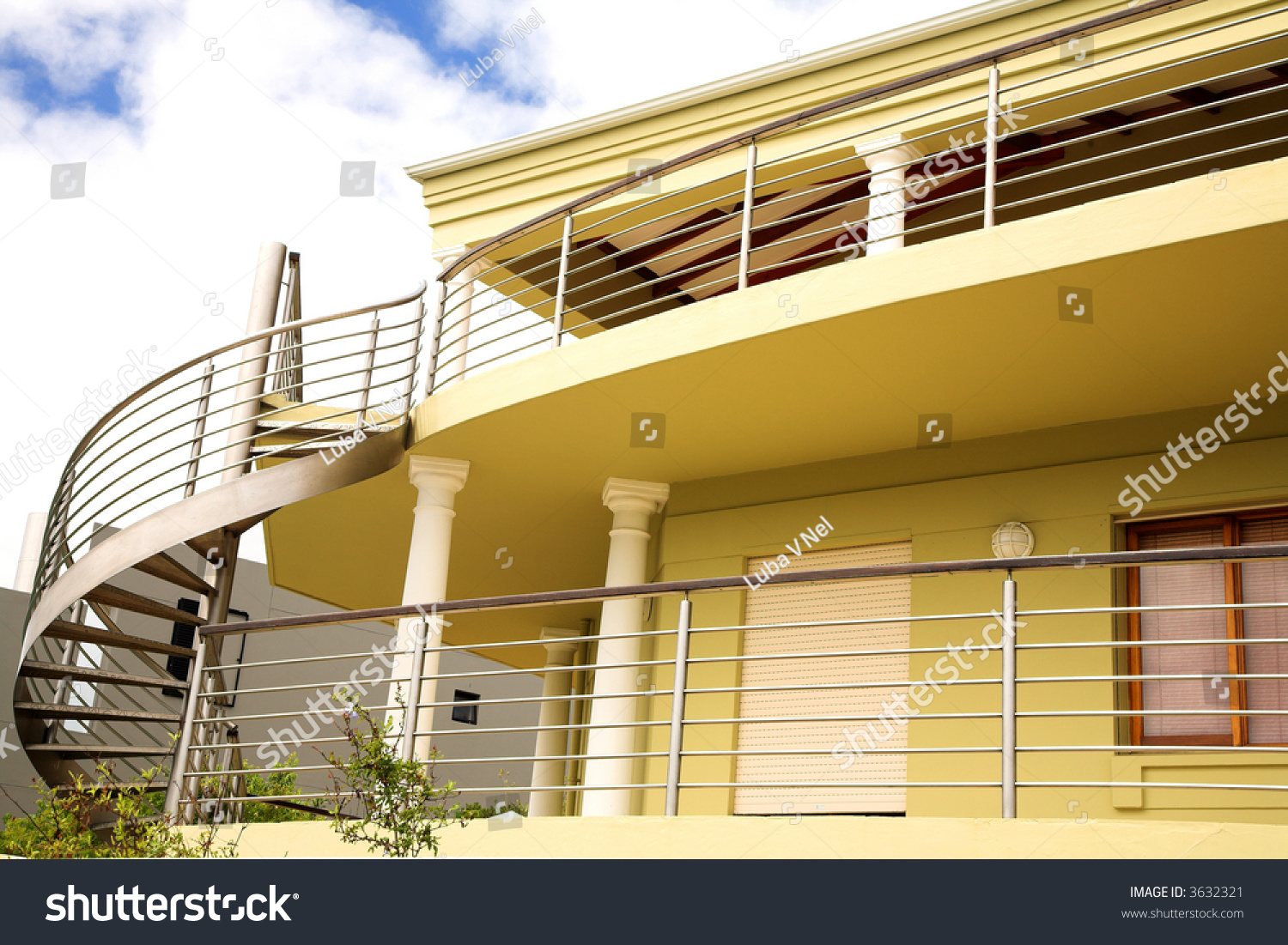 Beautiful modern yellow house with steel and wood elements for Modern house yellow