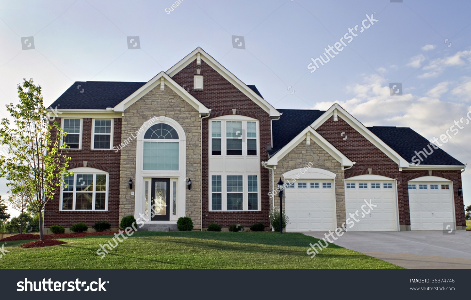 Three Car Garage Luxury Home Stock Photo 36374746