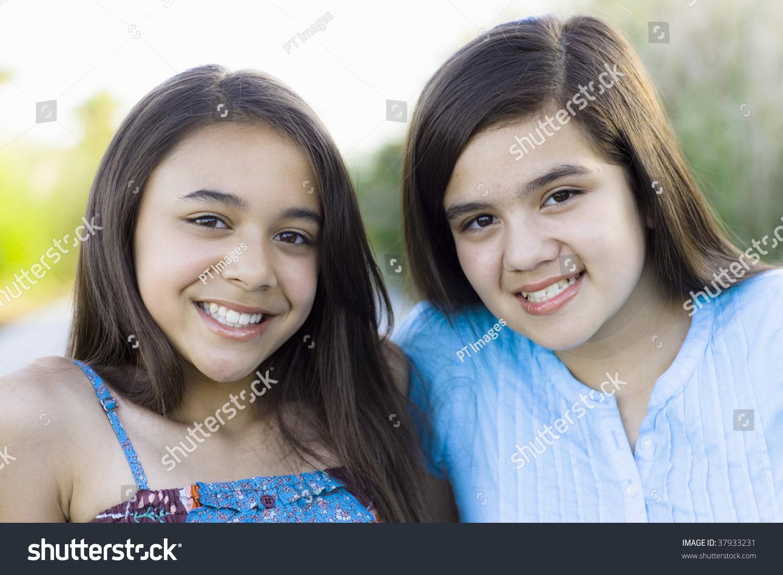 Standartiniai vaizdai - Two Tween Girls Smiling To Camera.