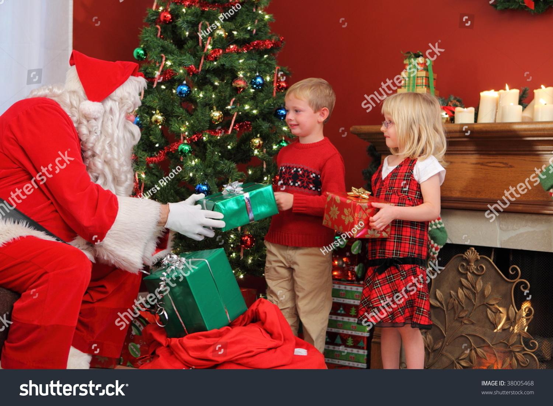 Дед мороз дарят подарки