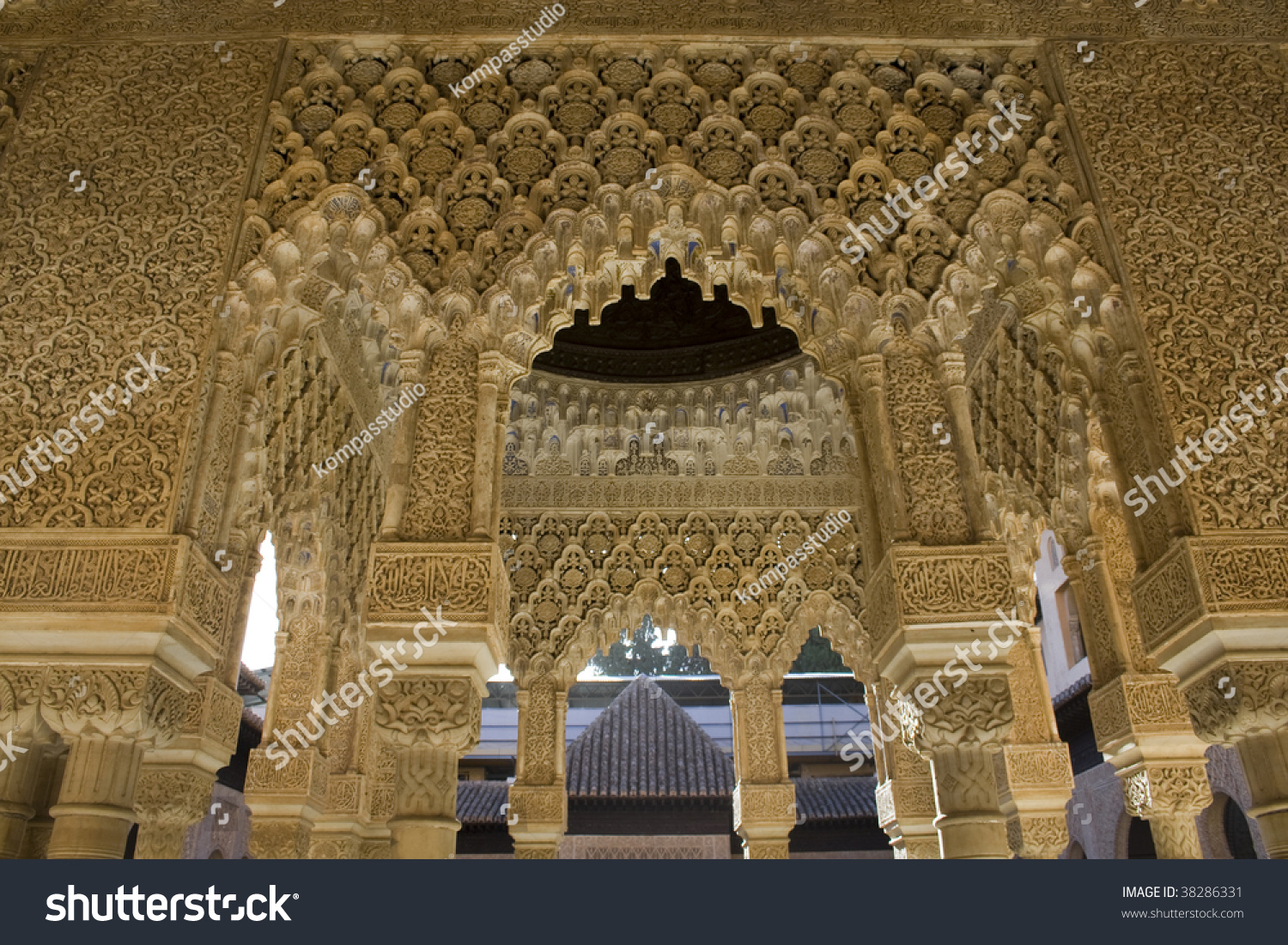 The Patio De Los Leones (Court Of The Lions) In Alhambra Palace, Granada Stoc...