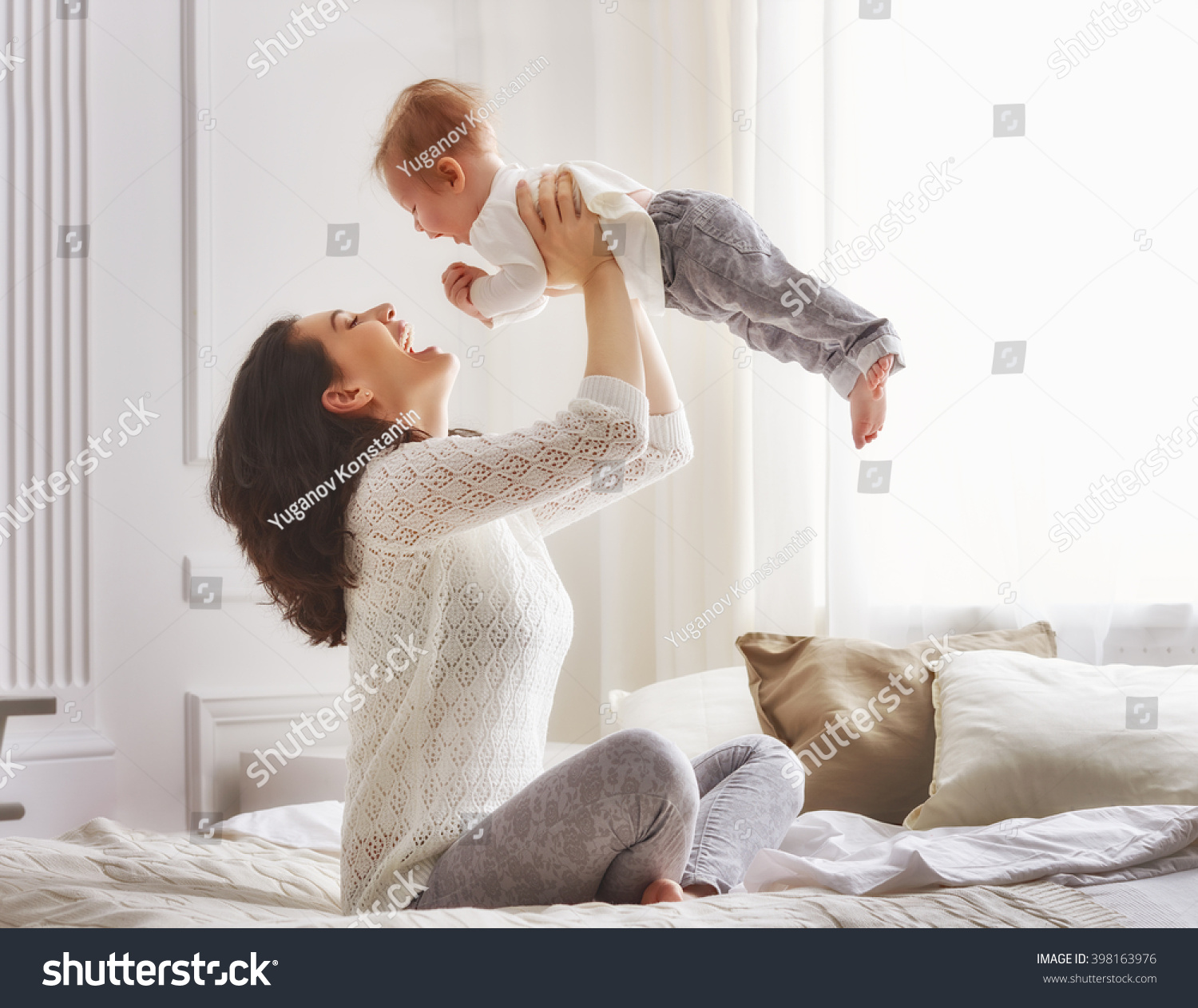 Happy loving family mother playing her stockfoto 398163976 shutterstock - Voorbeeld volwassene kamer ...