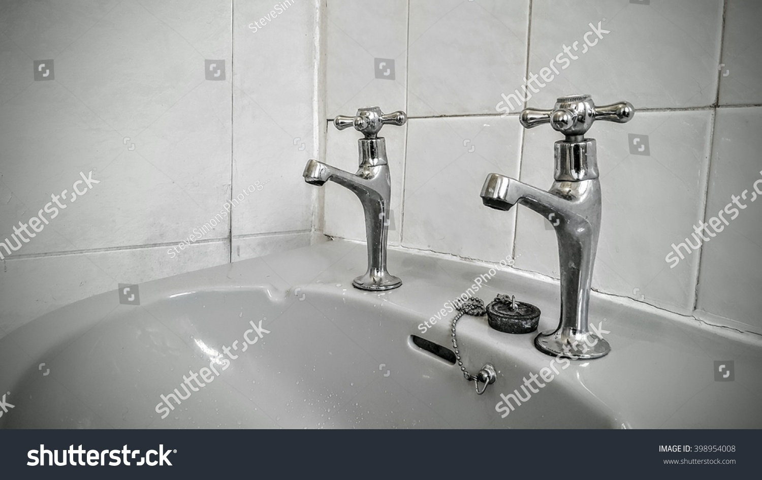 Taps in an old bathroom | EZ Canvas