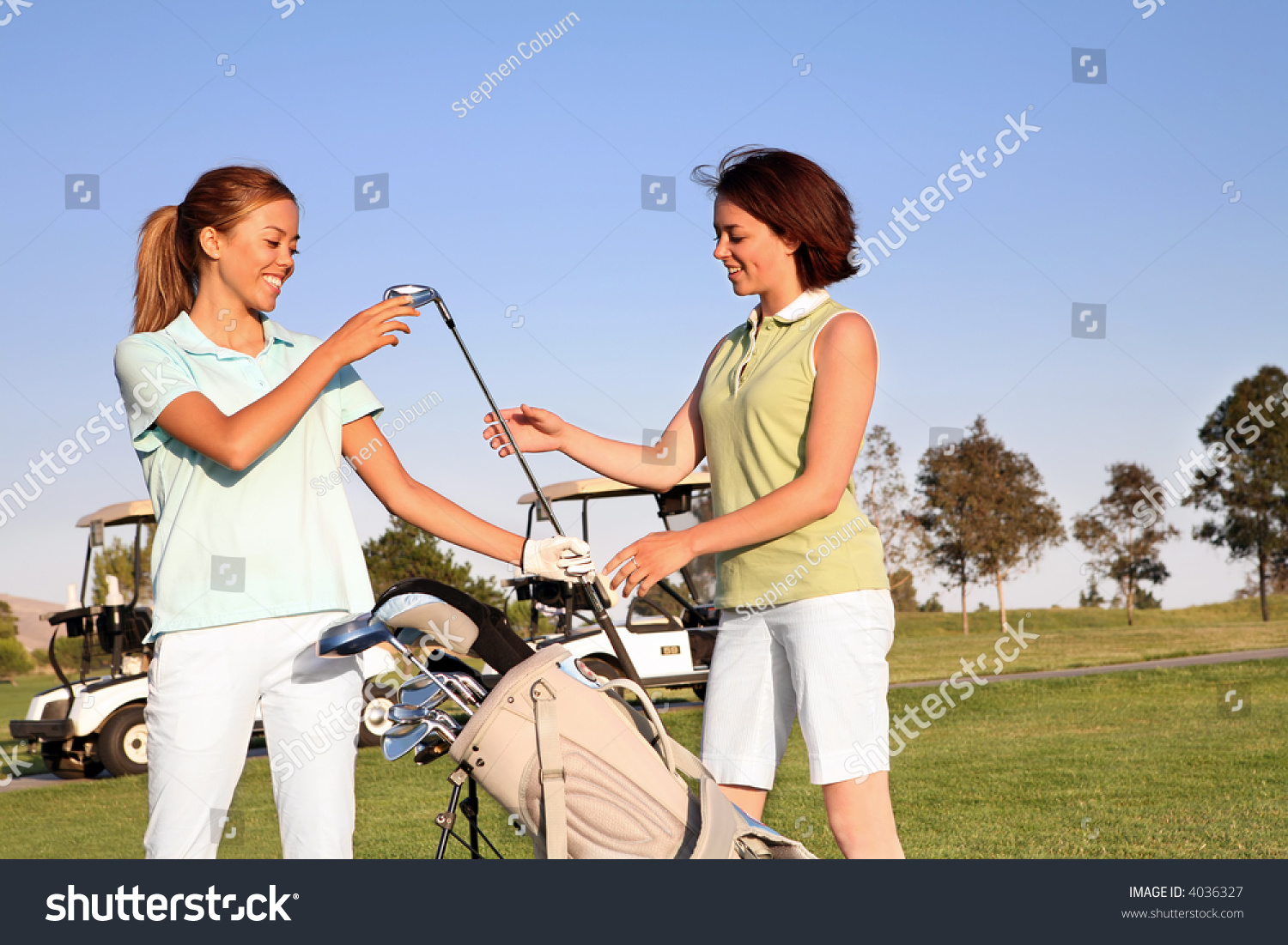 Women playing golf on course - Stock Image - F007/0856