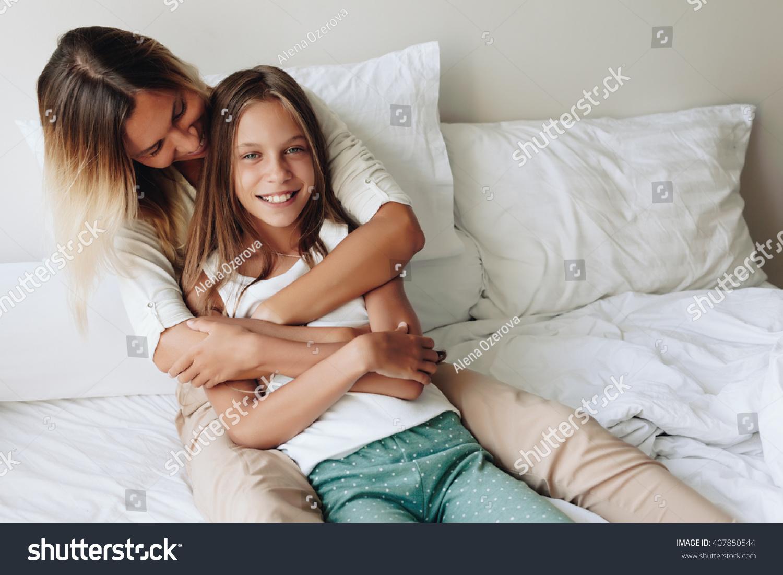 Смотреть секс мама дочка, В инцест видео мамы с дочкой есть место и соблазну 15 фотография