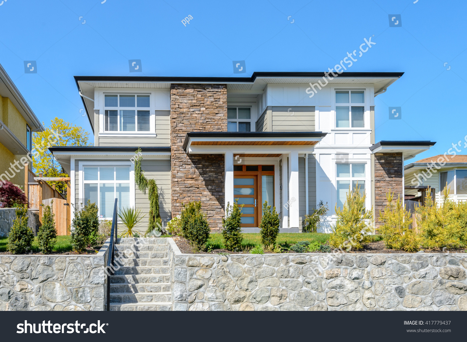 Luxury modern house beautilful landscaping home stock for Luxury modern home exterior