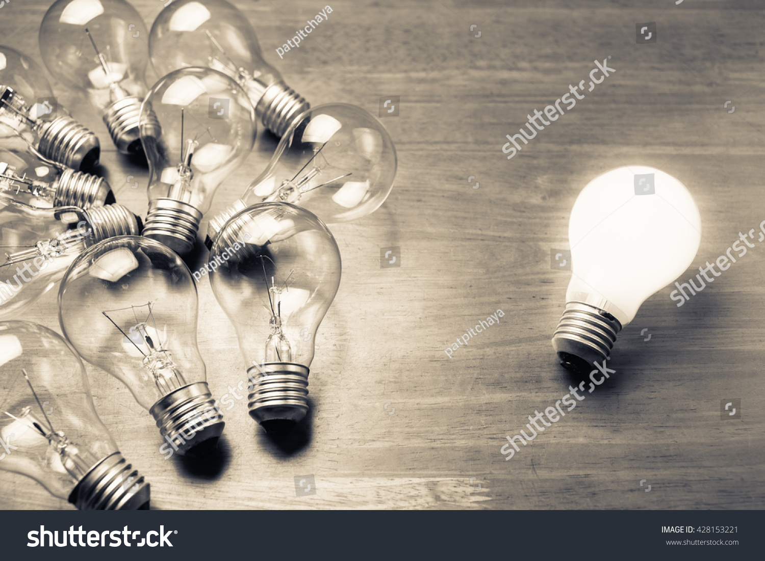 white light bulb glowing separate others の写真素材 今すぐ編集