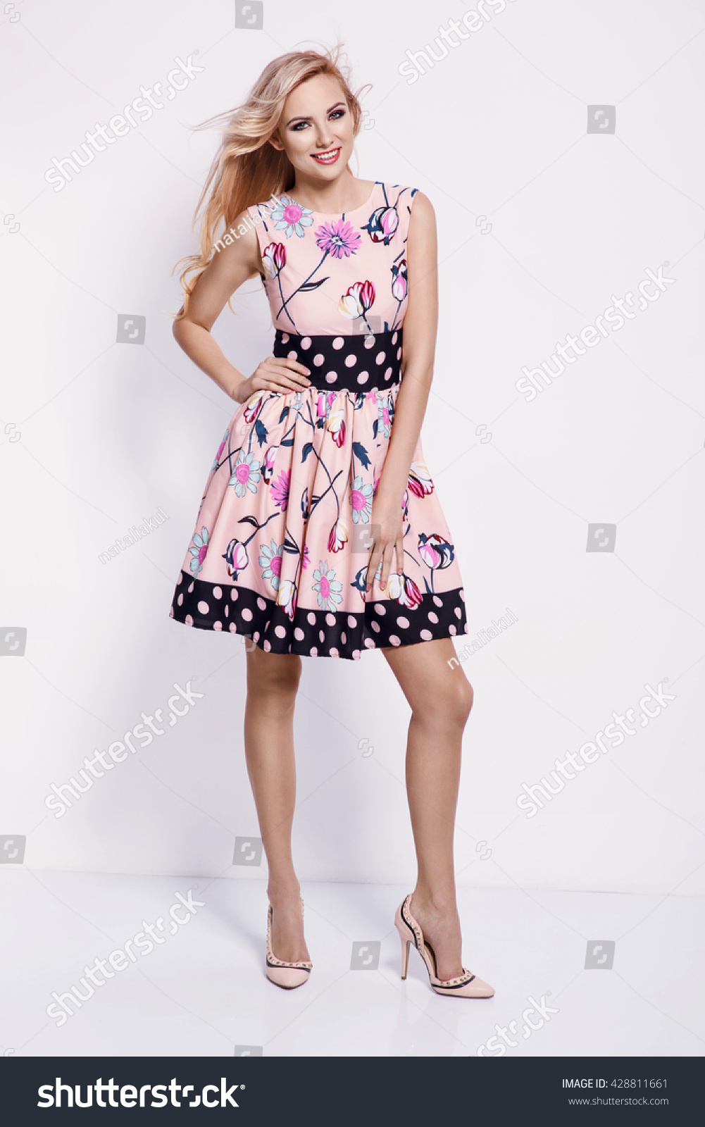 Beautiful Young Blonde Woman Nice Spring : Stockfoto (Jetzt