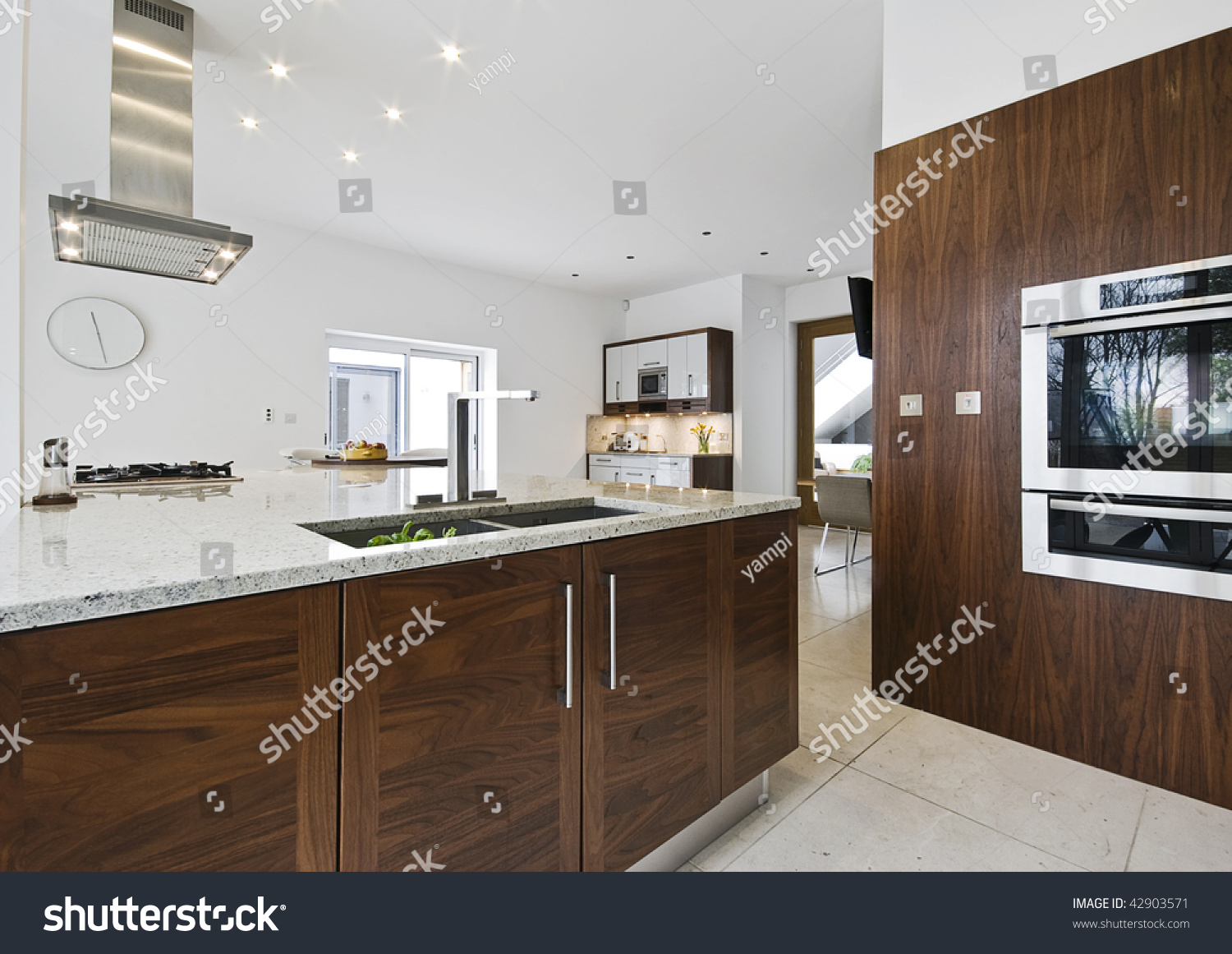 Contemporary Luxury Kitchen With Working Isle And Granite