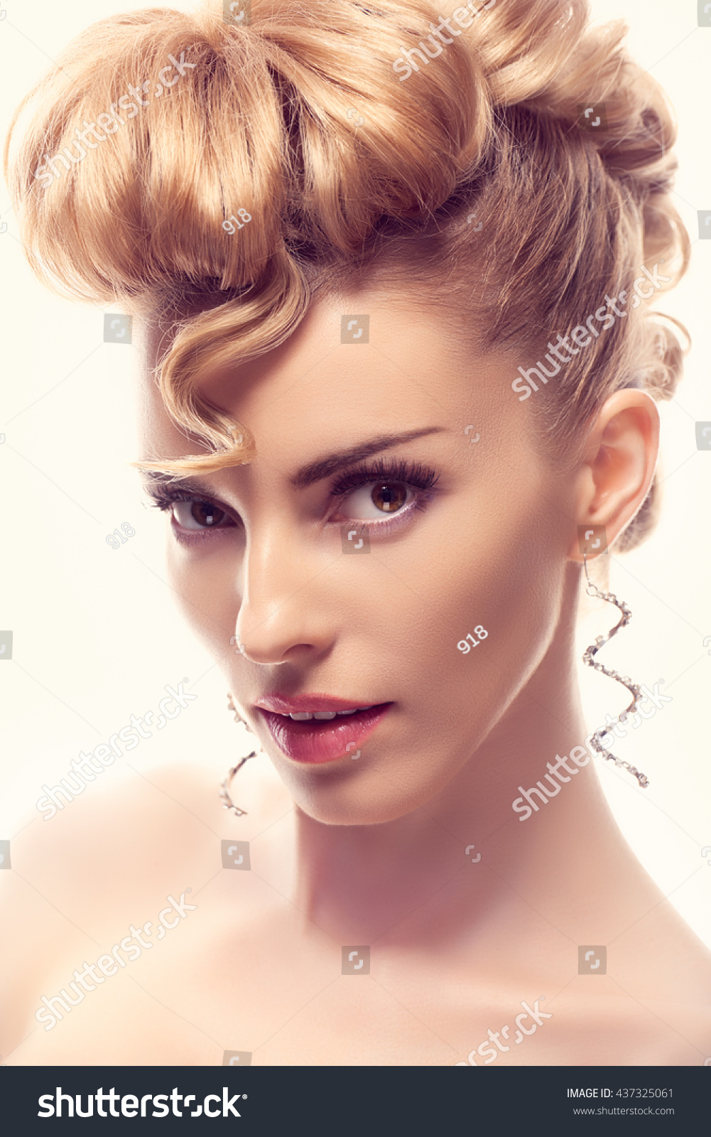 Fashion Mohawk Hairstyle Natural Makeup Beauty Woman Blonde Nude