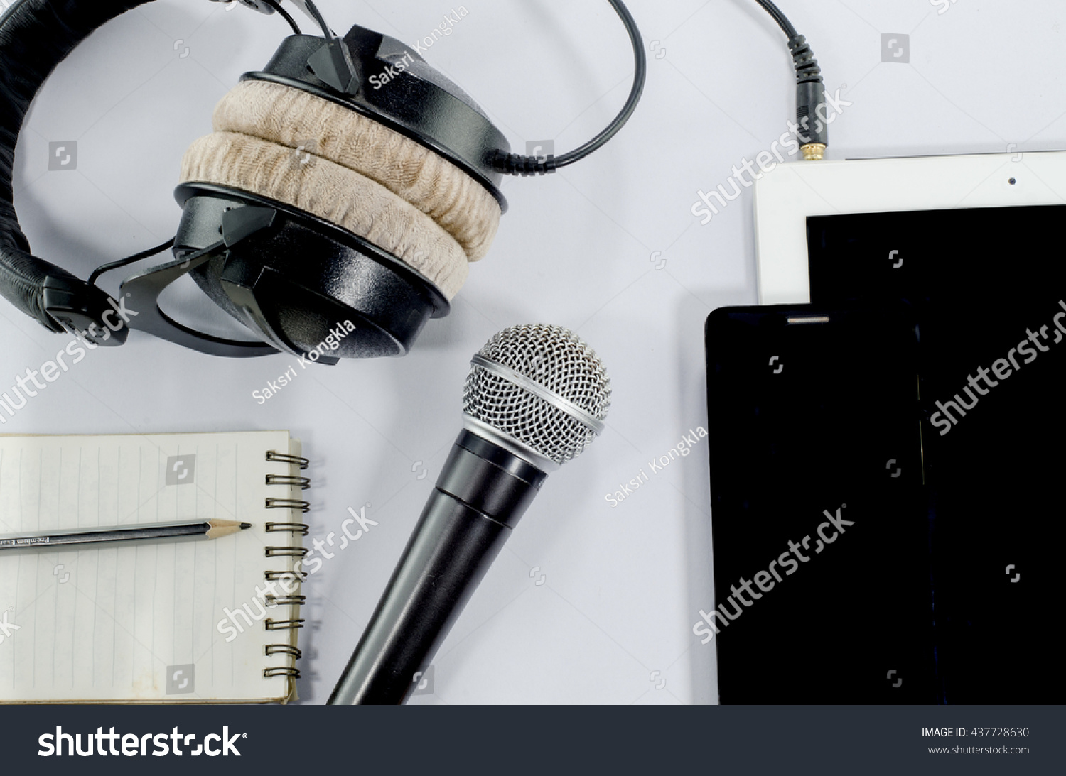 earphone essay Wearing headphones/ earbuds can cause hearing loss the argument essay against headphones some people say that using headphones and earbuds can cause hearing loss.