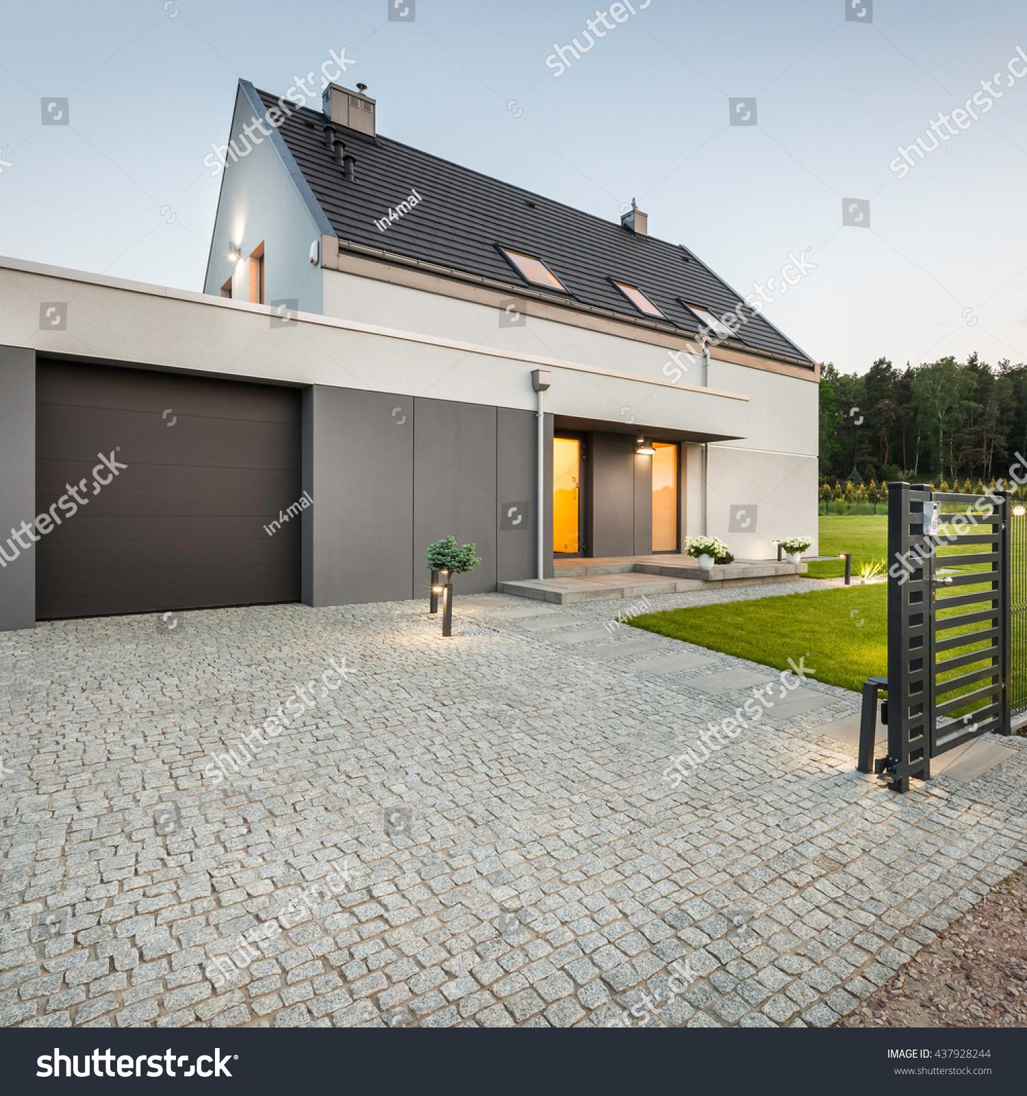 Stone Driveway Garage Big Garden Design Stockfoto (Lizenzfrei ...