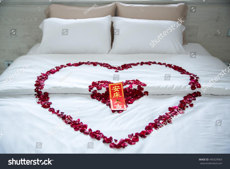Romantic bedroom rose petals - Rose Petals With Packet Design In Heart Shape On Wedding Bed Elegant In Wedding Bedroom