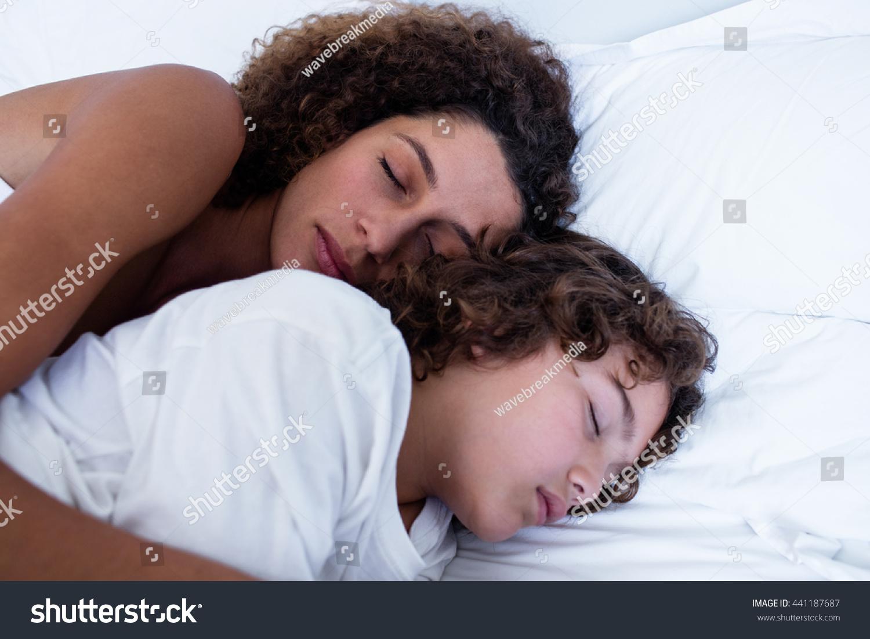 Сын трахнул спящую мать в рот, Похотливый сын поимел спящую маму в рот и пизду 8 фотография