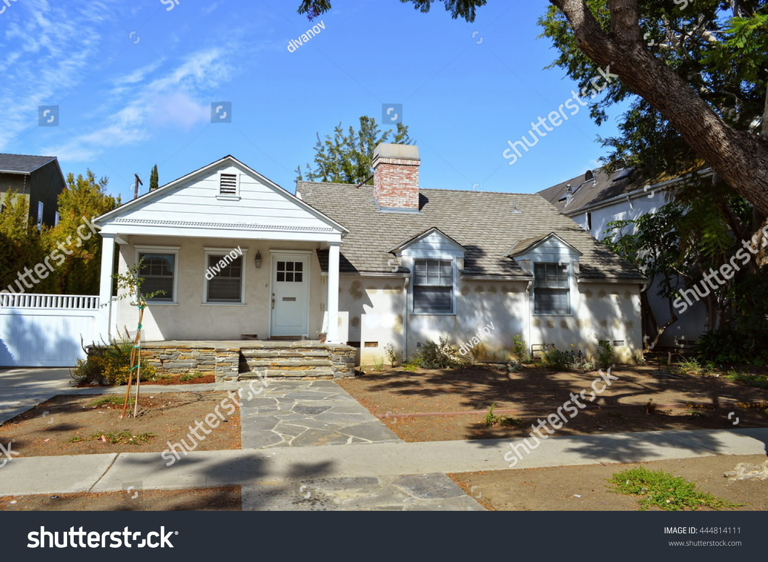 Beautiful homes and estates with nicely landscaped front yard in the  suburbs of Los Angeles,