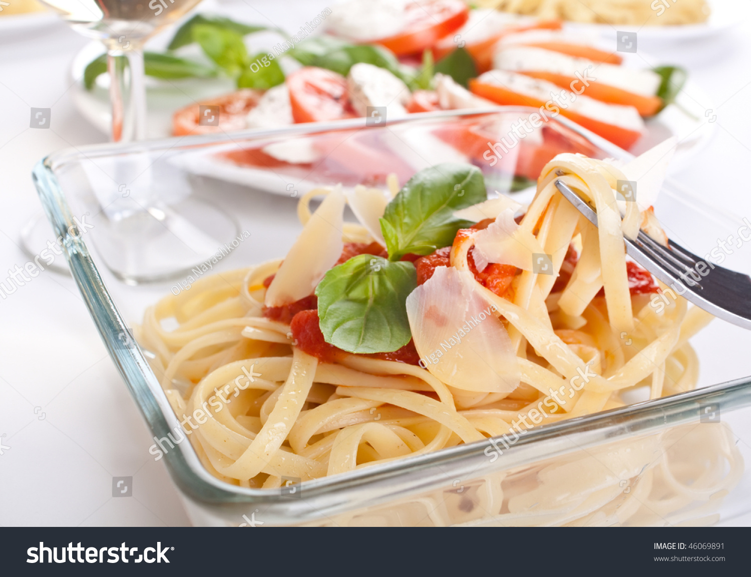 Linguine Pasta With Fresh Tomato Sauce And Basil Stock ...