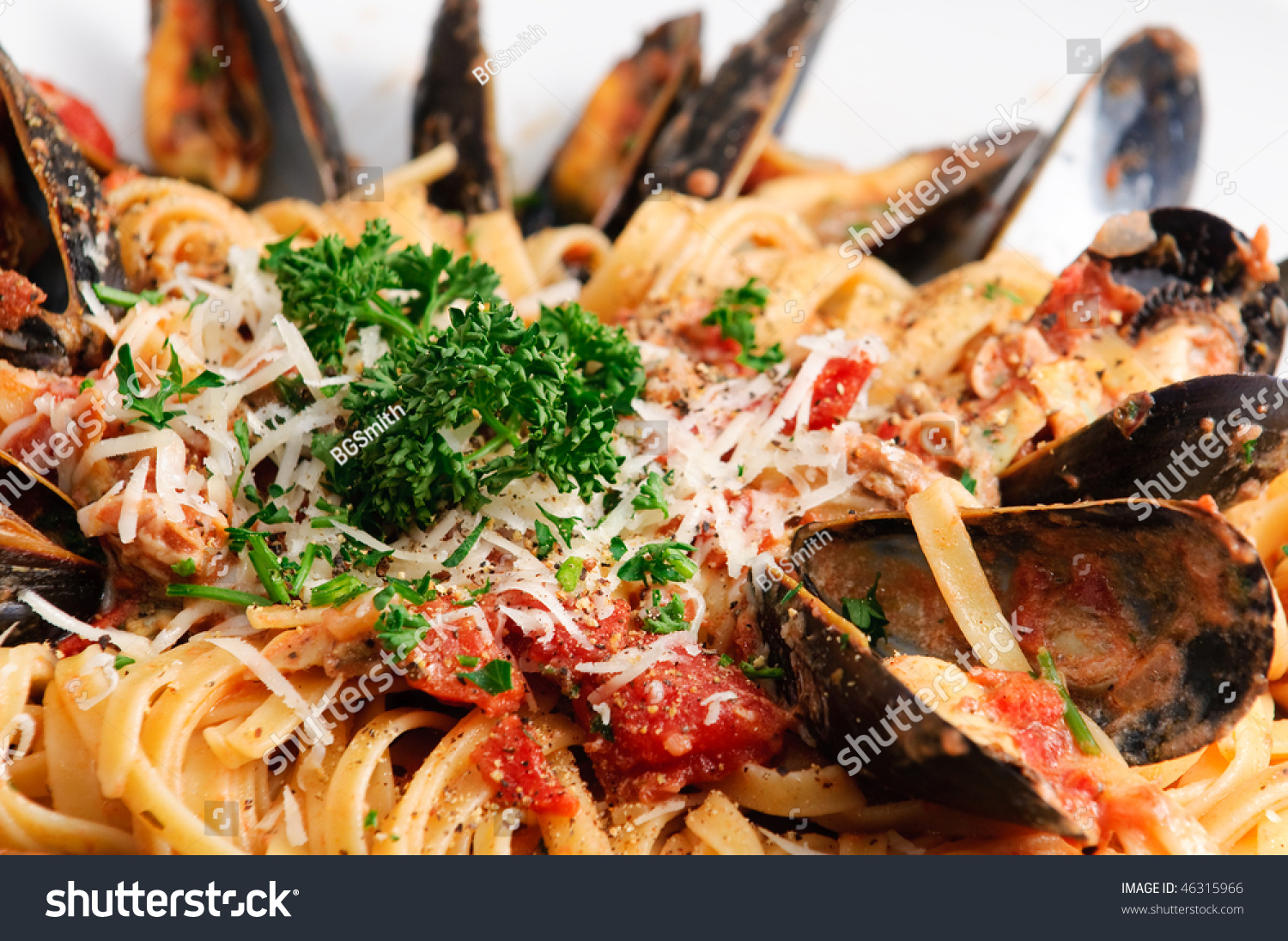 Linguini With Baby Clams And Fresh Mussels In Tomato Sauce ...