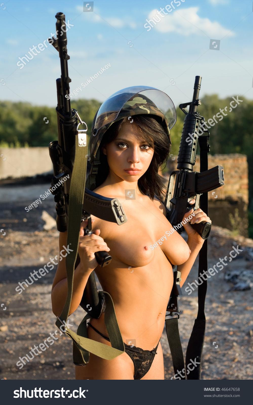Фото голая с оружием 20 фотография