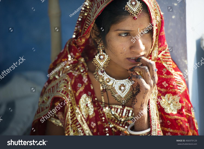 Varanasi India 8 Feb 2013 Beautiful Indian Bride Waiting Groom Near