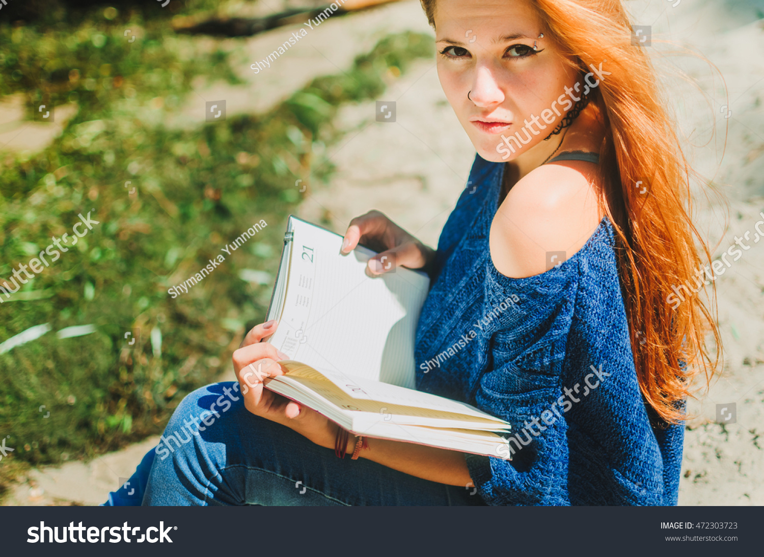 Teen Girl On Seashore Reading Book Stock Photo 472303723 ...