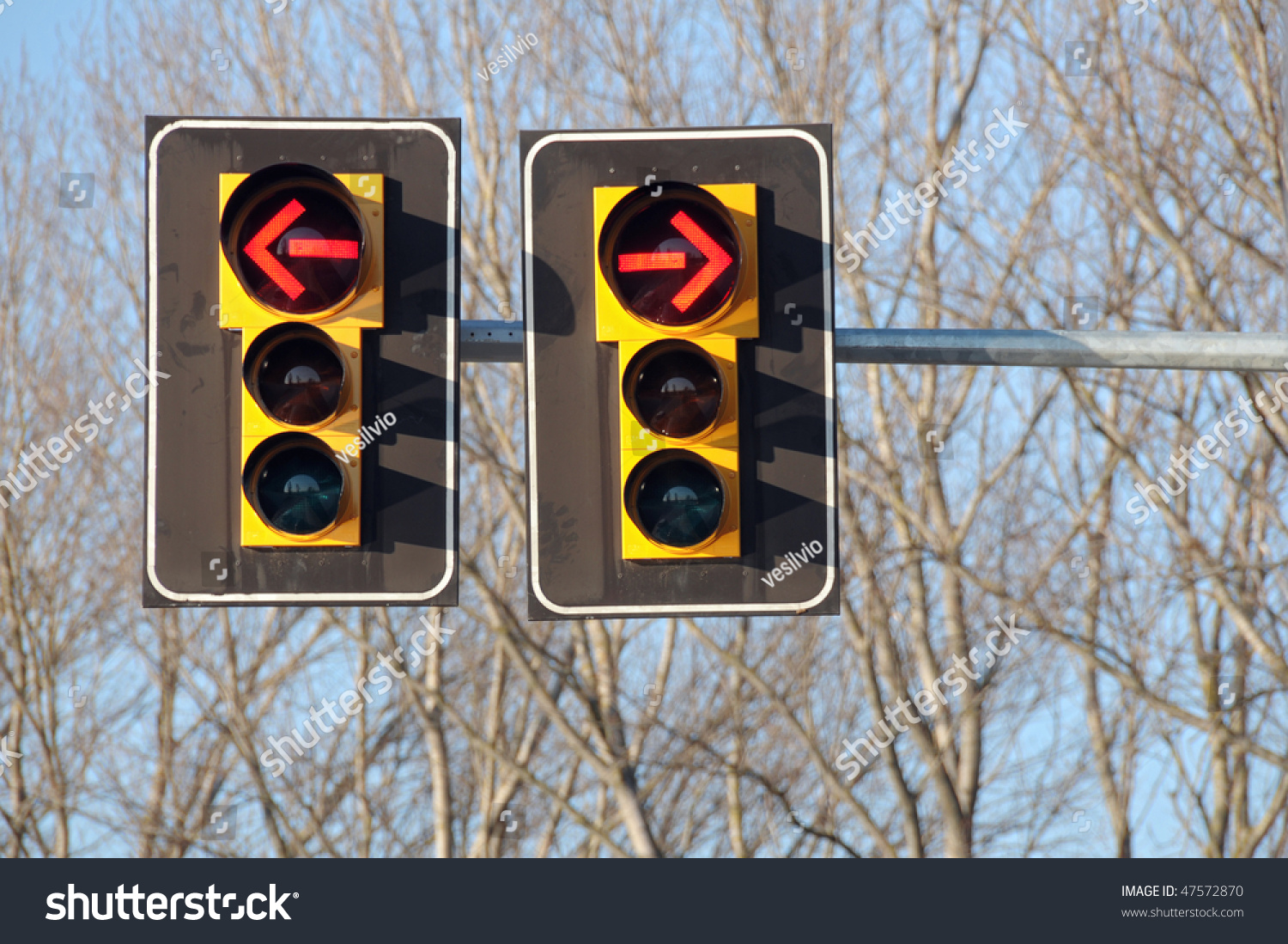 stock-photo-traffic-lights-with-red-arrow-to-ban-both-left-and-right-turn-47572870.jpg
