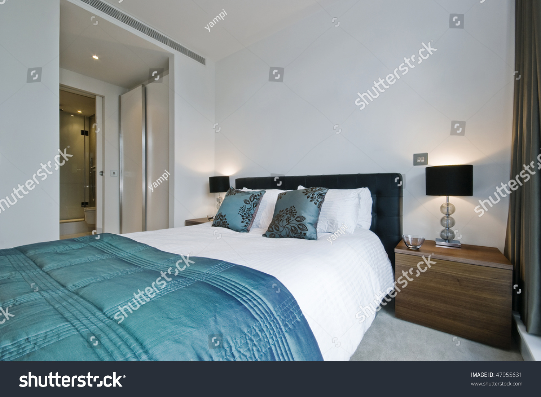 Bedroom En Suite Bathroom: Modern Luxury Bedroom Walkin Wardrobe Ensuite Stock Photo