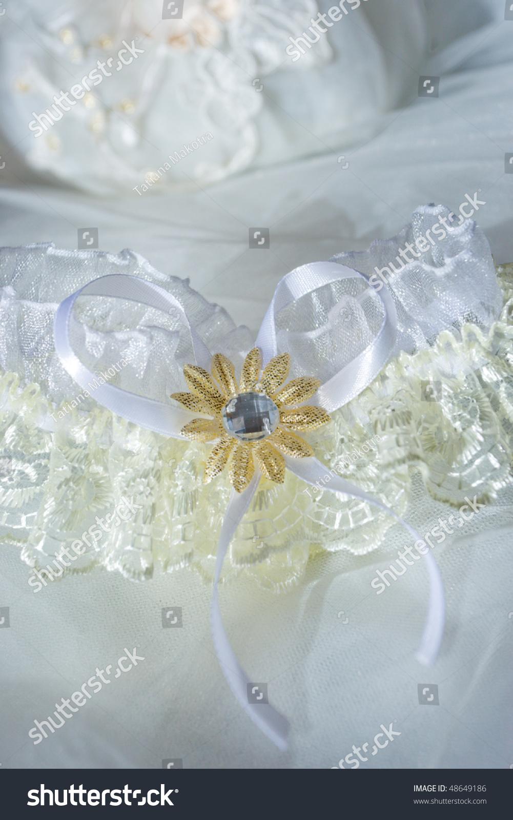 The mother Asian garter wedding