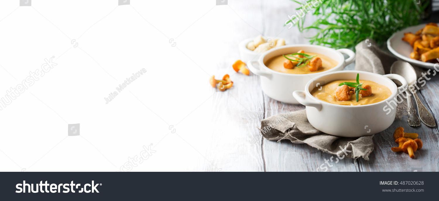Mushroom cream soup with fresh chanterelles and herbs on a white rustic  wooden background 01225292d163